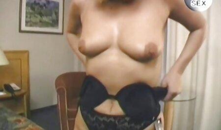 एक जवान लड़की रात में अपनी चूत को सेक्स पिक्चर फुल मूवी सहलाती है
