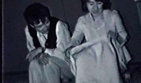 स्नो मेडेन पोशाक में एक गोरा, अपने सेक्सी मूवी सेक्सी पिक्चर कैमरे पर बिल्ली को सहलाता है